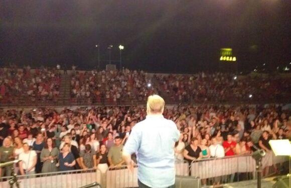 "Publika sa legendom pjevala uglas: Halid Bešlić pjesmom ""Dvadesete"" počeo koncert u Ljubuškom"